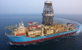 El buque Maersk Venturer, que realiza la perforación exploratoria del pozo Raya 1, que estableció un récord mundial de profundidad y que determinará la existencia de hidrocarburos en la plataforma marítima continental de Uruguay. Crédito: Ancap