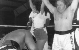 Durante un evento benéfico, Don Cholito noqueó a Mohammad Ali, quien quedó deslumbrado con los dotes físicos de Iris Chacón. (www.doncholito.org)