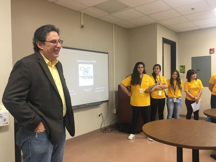 """El rector Mario Medina Cabán da la bienvenida a los estudiantes participantes del Campamento de Investigación """"Experimenta con PREM en la UPR-Cayey."""