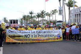 Maestros van al Capitolio a protestar en contra del proyecto que, según ellos, busca privatizar la educación pública. (Ricardo Alcaraz / Diálogo)