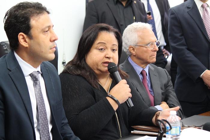 En el centro Melba Acosta, presidenta Banco Gubernamental de Fomento . (Diálogo UPR)