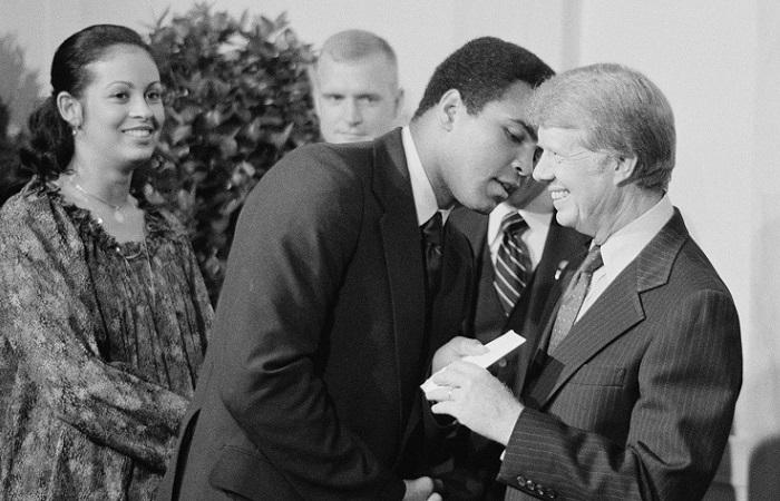 En esta imagen de 1977 se puede apreciar a Ali, el diplomático, estrechando saludos con el presidente Carter. (WikiCommons)