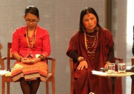 La activista e indígena ashéninka Diana Rios (centro), de la aldea amazónica de Saweto, en Perú, es hija del activista Jorge Rios, asesinado por madereros ilegales en septiembre de 2014. Crédito: Lyndal Rowlands / IPS.