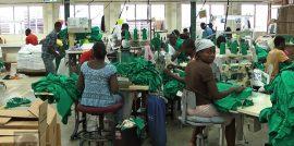 Tabajadores confeccionan camisetas para la transnacional Hanes en una fábrica de la zona franca de CODEVI, en Ouanaminthe, Haití. Crédito: Jude Stanley Roy/IPS.