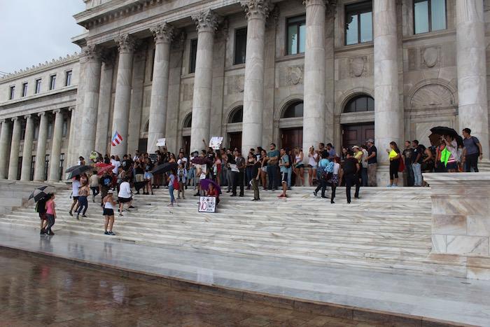 La lluvia no amoniró la voluntad de los manifestantes que participaron de la protesta frente al ala norte del Capitolio. (Glorimar Velázquez / Diálogo)