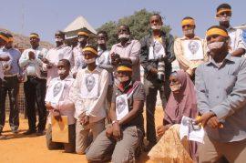 Periodistas somalíes protestan en 2013 por la detención de su colega Abdiaziz Abdinur Ibrahim, quien escribió un artículo sobre el caso de una mujer que denunció haber sido violada por integrantes de las fuerzas gubernamentales. Crédito: Abdurrahman Warsameh/IPS.