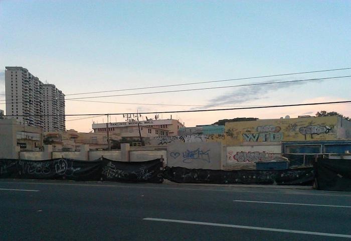 Estorbos públicos en Santurce. (Facebook)