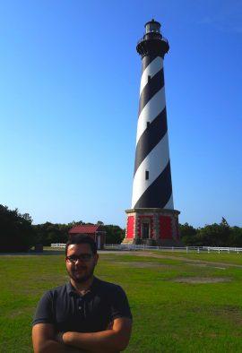 Hector J. Berdecia Hernandez junto al Faro de Cape Hatteras. (Sumistrada)