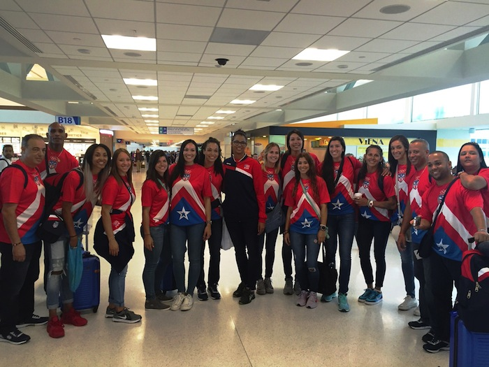 Equipo Nacional de Voleibol Femenino de Puerto Rico en el aeropuerto. (Twitter)