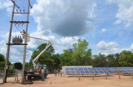 Unos operarios revisan el tendido eléctrico en la Primera División de Caballería, en el Chaco, en Paraguay, en el primer proyecto de generación descentralizada mediante energía solar eólica en esta extensa y poco habitada región. Crédito: Parque Tecnológico de Itaipú