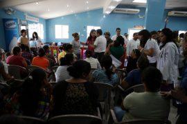 Migrantes deportados desde Estados Unidos son atendidos en un albergue de San Pedro de Sula, en Honduras, antes del retorno a sus comunidades de origen. Crédito: Thelma Mejía/IPS