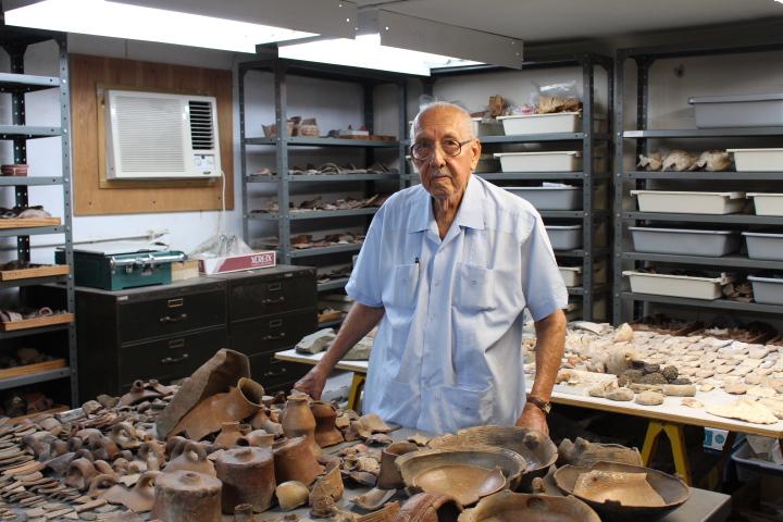 Luis Chanlatte en el Centro de Investigaciones Arqueológicas