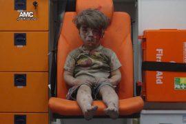 Ensangrentado, herida abierta en la frente, vestido de ceniza y escombros, Omran Daqneesh, de cinco años, parece que acaba de despertarse. Poco sabía que abría los ojos a una pesadilla, es decir, a su vecindario bombardeado por el régimen. (Aleppo Media Centre / Twitter)