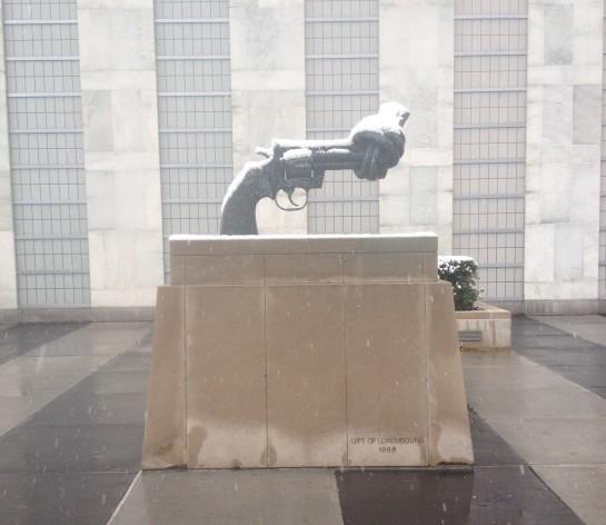 Monumento a la no violencia en la sede de la ONU en Nueva York. Crédito: Oficina de IPS en la ONU.