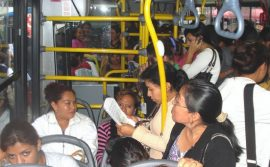 Guatemala, donde se cometen la mayor cantidad de femicidios de América Central, inauguró en 2011 un servicio de buses exclusivos de mujeres para evitar el acoso sexual. Danilo Valladares /IPS