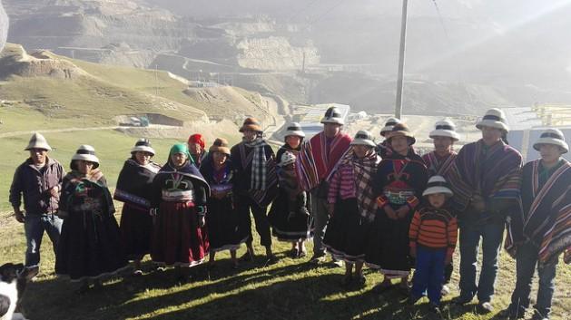 Algunos integrantes de las 16 familias campesinas que se niegan a abandonar sus parcelas en el caserío de Taquiruta, hasta que la empresa de la mina Las Bambas no les indemnice en forma justa por la pérdida de sus corrales, animales y viviendas. Al fondo las operaciones del mayor proyecto minero actual de Perú. Crédito: Milagros Salazar/IPS