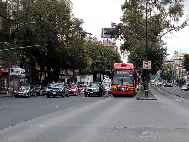 Una unidad de Metrobús, servicio público que usa unidades articuladas que circulan en carril confinado, recorre la céntrica avenida Insurgentes en Ciudad de México. El transporte es uno de los servicios que pueden mejorar con el modelo de ciudades inteligentes. Crédito: Emilio Godoy/IPS