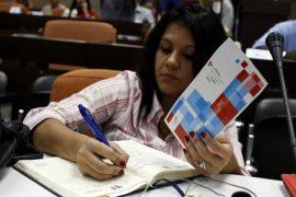 Una periodista toma notas durante la presentación del I Foro de Inversión a celebrarse durante la 34 Feria Internacional de La Habana (Fihav), que acogerá la capital de Cuba entre el 31 de octubre y el 4 de noviembre. Crédito: Jorge Luis Baños/IPS-629×420