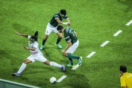 Dos futbolistas brasileños invidentes disputan el balón a un iraní durante un partido de la modalidad de cinco jugadores, durante los Juegos Paralímpicos de Río 2016. Brasil ha sido medalla de oro durante los últimos cuatro Juegos. Crédito: Danilo Borges/Brasil2016