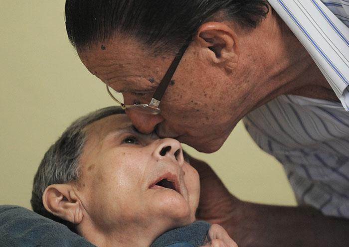 """Don Esteban """"Checo"""" Sánchez atiende a su esposa Luz María Rivera, diagnosticada con Alzheimer, en un centro de envejecientes/31 enero 2013"""