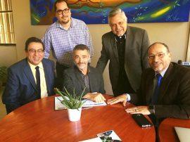 En la foto el doctor Mario Medina, rector de la UPR Cayey, el Sr. Eleric Rivera, el profesor Teófilo Torres, el Sr. Luis Tirado y el doctor Moises Orengo, rector de la UPR-Carolina. (Suministrada)