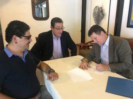 Firma del acuerdo de colaboracion educativa entre UPR-Cayey y Facultad de Derecho de la Universidad Interamericana. (Suministrada)