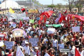 """El """"Grito de los Excluidos"""", fue el lema de una manifestación el 7 de septiembre en la Explanada de los Ministerios de la capital de Brasil, contra el presidente Michel Temer, los políticos y la corrupción. Crédito: Lula Marques/AGPT"""