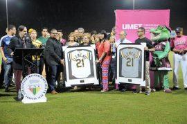 Luis Roberto Clemente recibe la replica de la camisa que uso su  padre Roberto Clemente con los Piratas de Pittsburg con el número 21 retirado por la LAI. (L. Minguela LAI)