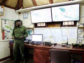 En esta foto de mayo de 2016, se ven instrumentos de alta tecnología utilizados con Google Maps en Lewa Wildlife Conservancy, en el norte de Kenia, donde unos 1.000 guardaparques del Servicio de Vida Silvestre vigilan la zona. Crédito: Manipadma Jena/IPS.