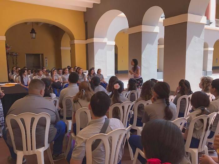 Estudiantes reciben taller con la escritora María Teresa Fernández en el Festival de la Palabra. (Ronald Ávila/ Diálogo)