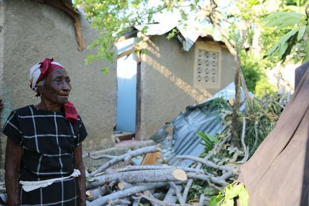 Una mujer ante su hogar destruido por el huracán Matthew, en el sur de Haití. Crédito: PNUD América Latina
