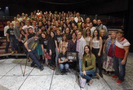 Actores, estudiantes y profesores sorprenden a Dean Zayas. (Ricardo Alcaraz/ Diálogo)