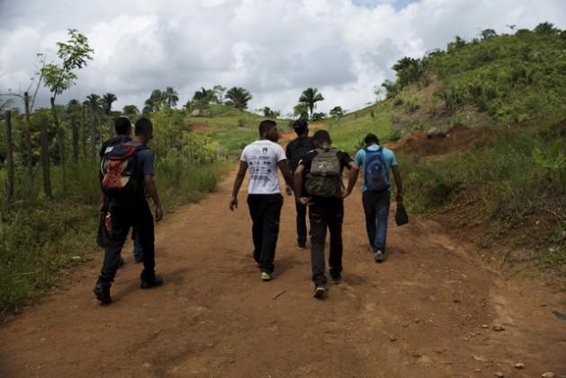 Migrantes hondureños cruzan la frontera con Guatemala en forma irregular, en su largo y peligroso camino hacia Estados Unidos. Crédito: Encarni Pindado/Amnistía Internacional