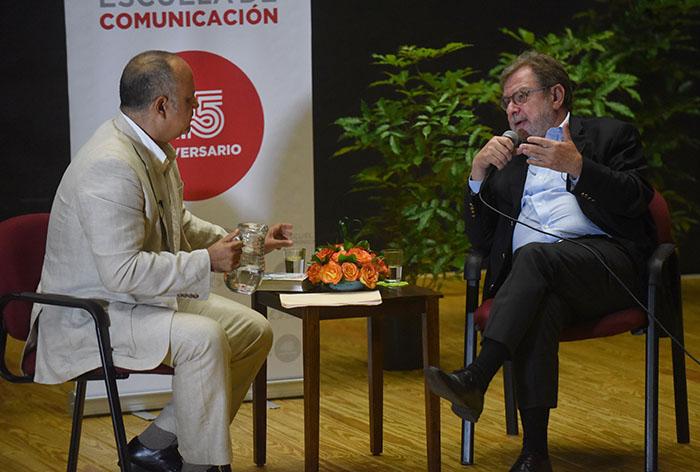 El doctor Mario Roche junto a Juan Luis Cebrián (derecha), director de El País.