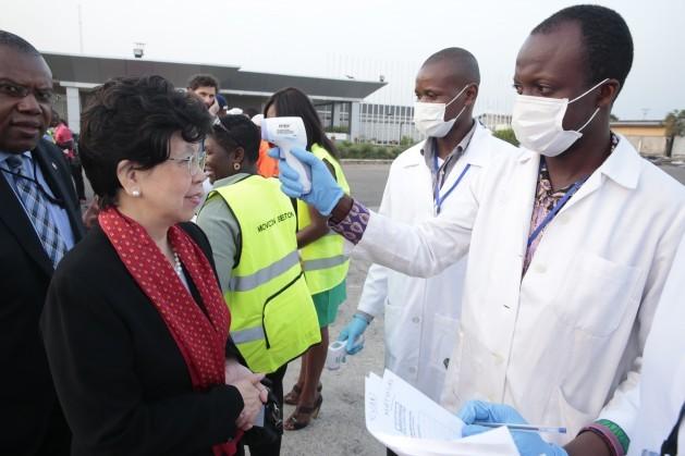 La directora general de la Organización Mundial de la Salud, Margaret Chan (izq), visita Sierra Leona durante el brote de ébola en diciembre de 2014. Crédito: Cortesía.