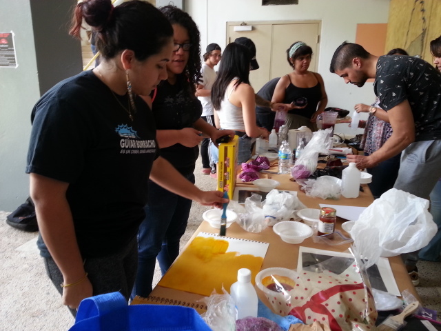 Estudiantes de la UPR Humacao revelando fotos. (Suministrada)