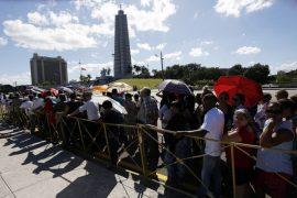 Personas hacen fila el lunes 28 en las inmediaciones de la Plaza de la Revolución, para despedir al líder histórico, Fidel Castro, fallecido el viernes 25, en salas presididas por fotos del fallecido. Crédito: Jorge Luis Baños/IPS