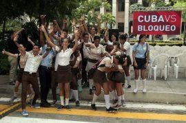 """Estudiantes de enseñanza media en La Habana participan el """"Avispero contra el bloqueo"""", una campaña realizada en Cuba en octubre para el cese del embargo de Estados Unidos contra el país. Crédito: Jorge Luis Baños/IPS"""