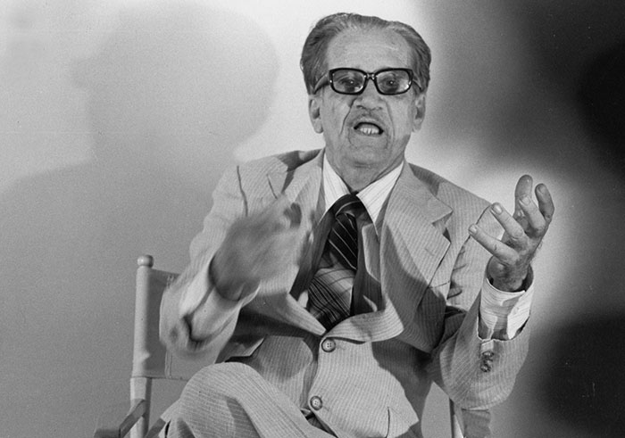 Abelado díaz Alfaro es una figura literaria que sirve de transición entre la generación del 1930 y el 1945.