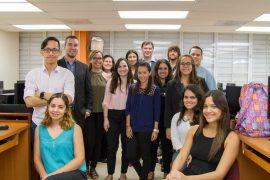Estudiantes de Administración de Empresas junto a la profesora Carmen Espina. (Suministrada)