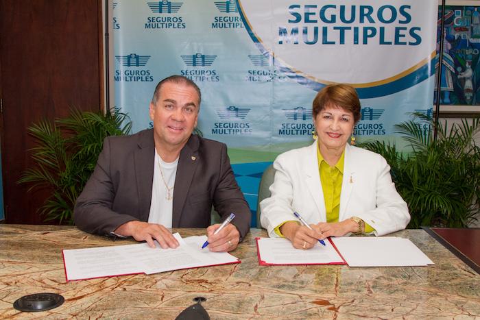 La rectora interina del Recinto de Río Piedras, María de los Ángeles Castro Arroyo y el profesor Velázquez Vera fueron los firmantes del mencionado acuerdo.