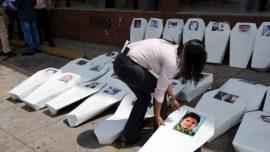 Periodistas de Tegucigalpa protagonizaron en abril de este año una protesta con ataúdes frente a la sede del Ministerio Público (fiscalía), en recuerdo de cada uno de los comunicadores asesinados en Honduras en la última década. Crédito: Cortesía de Proceso Digital para IPS