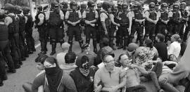 Cerco policial a manifestantes antes de arrestarlos en Peñuelas, el miércoles, 23 de noviembre.