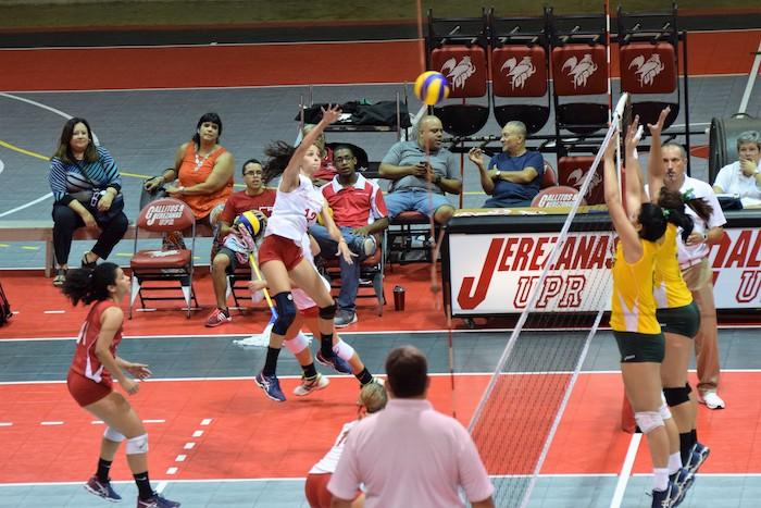 Las Tigresas de la Interamericana ganaron en tres sets su primer partido de cuarto de final ante las Jerezanas de la UPR, Recinto de Río Piedras. (Z. Acosta/LAI)