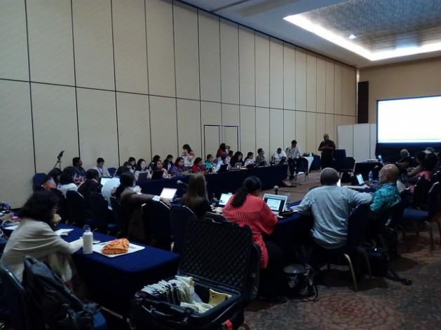 Representantes de pueblos originarios de todo el mundo, en una reunión durante la Conferencia de las Naciones Unidas sobre Biodiversidad, en la ciudad balnearia de Cancún, en México. Los delegados indígenas defienden en la cumbre sus derechos y sus recursos naturales, amenazados por el cambio climático, el extractivismo y la biopiratería. Crédito: Emilio Godoy/IPS