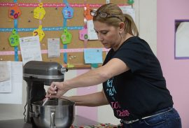 "Liana Castillo confeccionando ""cupcakes"" de zanahoria."