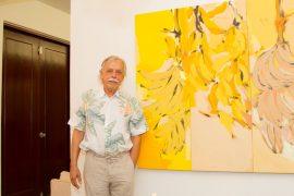 Nelson Sambolín junto a su obra. (Suministrada)
