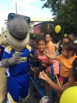Sharky y los niños del Hospital San Jorge. (Suministrada)