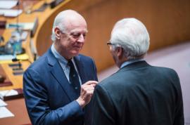 Staffan de Mistura (izq.), enviado especial de la ONU para Siria, conversa con el representante permanente de Rusia, Vitaly Churkin. Crédito: Amanda Voisard/UN Photo.