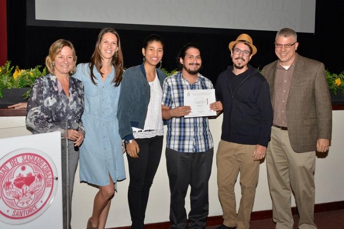 El jurado junto al director del corto ganador. (Hector Camacho/USC)